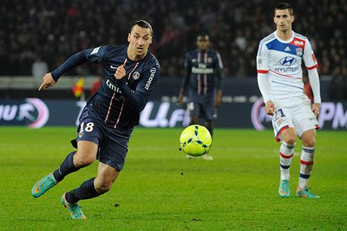Zlatan Ibrahimovic (Paris Saint-Germain) et Maxime Gonalons (Lyon)
