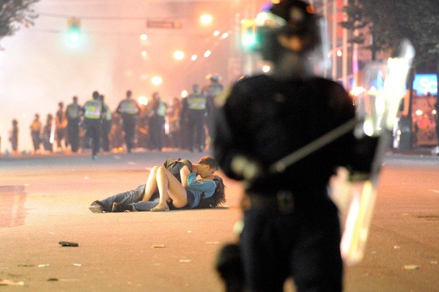 couple-embrasse-rue-pendant-emeute
