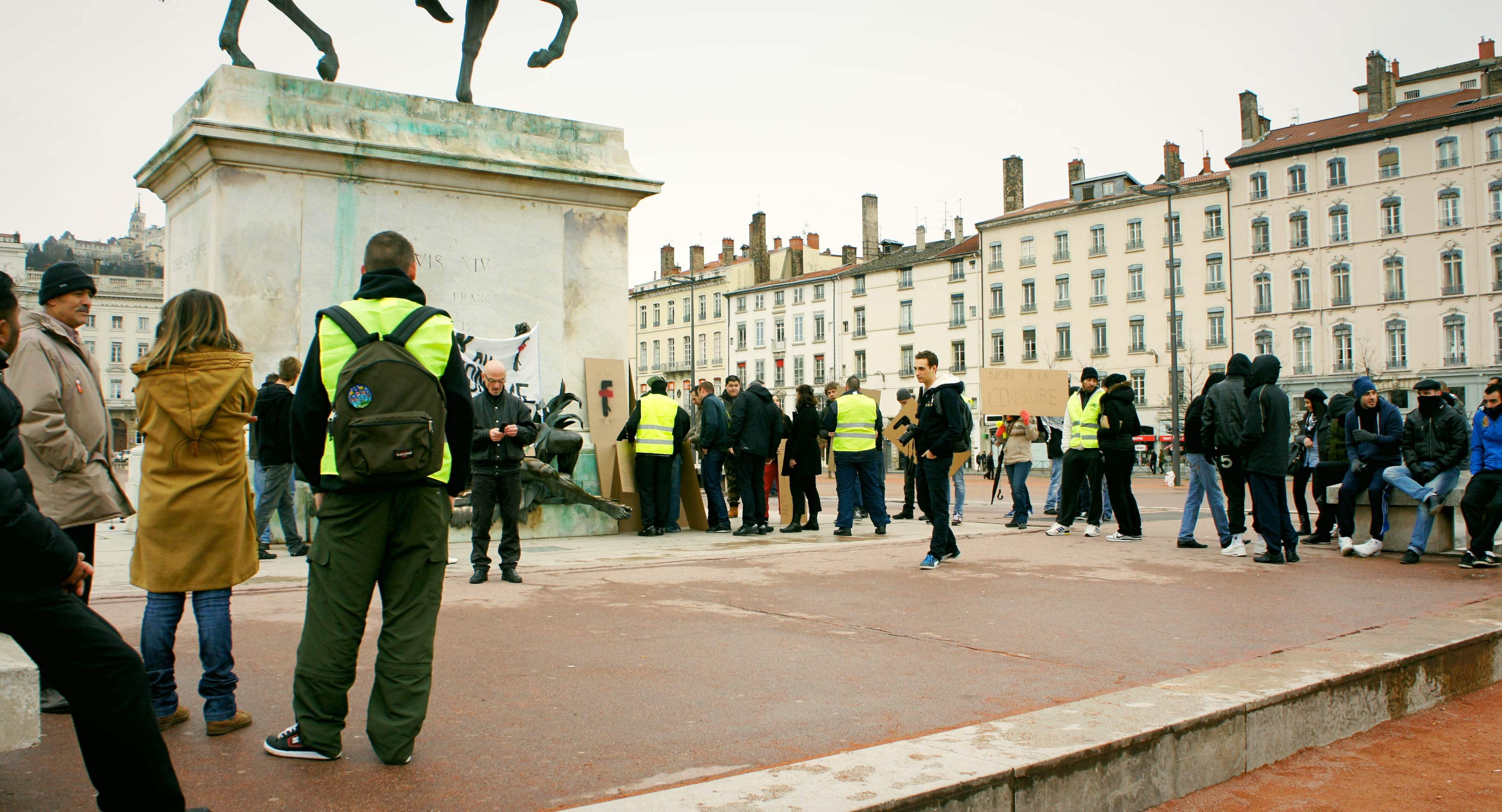 """Les manifestants """"quenelliers lyonnais"""" ce dimanche 26 ajnvier à 14 heures, sur la place Bellecour."""