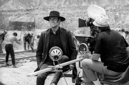 Ecrite avant le tournage, la musique de Morricone est diffusée par Leone sur le plateau de Il était une fois dans l'ouest pour accompagner les acteurs (ici Henry Fonda).