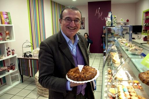 Hervé Mariton nous présente une spécialité locale, le 14 mars 2014, à Crest (Remi Noyon/Rue89)
