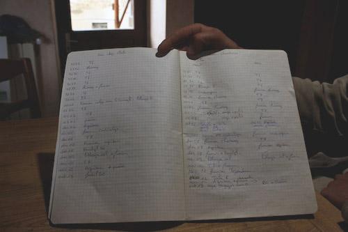 Olivier Mouton tient à jour un cahier d'épandage qu'il doit montrer en cas de contrôle. Crédit photo: Damien Renoulet/Rue89Lyon