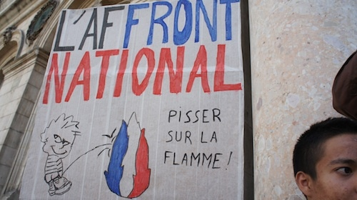 Manif-contre-FN-pisser-flamme