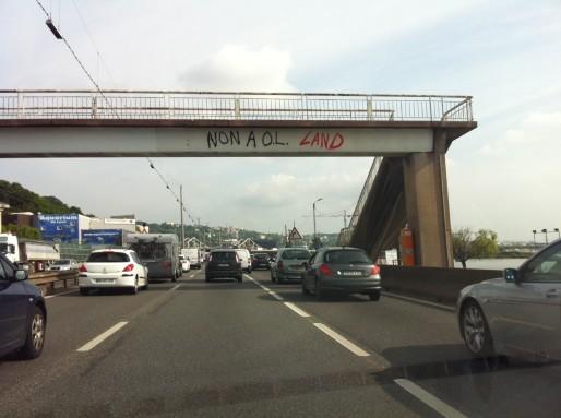 """""""Non à OL Land"""" graffé sur un pont de l'autoroute. Crédit : Rue89Lyon."""