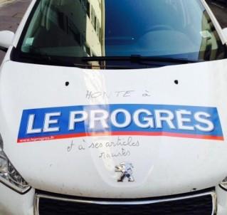 Une voiture du Progrès taguée.