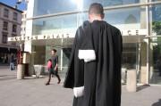 Un avocat devant le palais de Justice de Lyon qui abrite, entre autres, le tribunal de grande instance (TGI) © Pierre Maier / Rue89Lyon