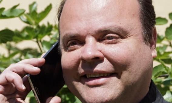 Après les chiens, des téléphones portables seront bénis par un curé de Lyon