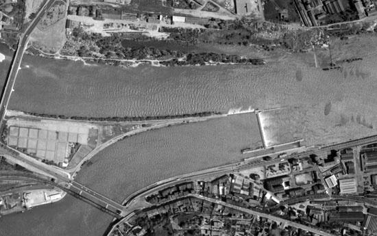 Vue aérienne du barrage écluse de la Mulatière, en 1959 © VNF / IGN