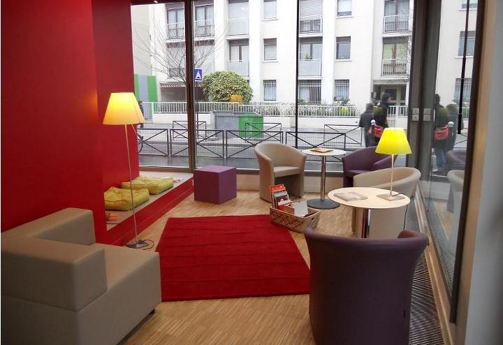 Une des caractéristiques des bibliothèques tiers-lieu est son intérieur très cosy et confortable. Capture d'écran  equipement.paris.fr