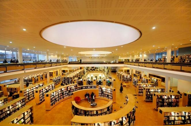 En France, la Bibliothèque Francophone Multimédia de Limoges est un exemple en la matière de bibliothèque tiers-lieu. Elle fait partie des monuments incontournables de la ville. Capture d'écran du site panomario.com