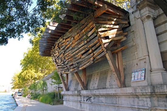 L'artiste Tadashi Kawamata a habillé de bois les vestiges du pont © Laura Steen