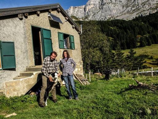 Christelle Guignard et Cyril Escamez, éleveuse et berger devant la cabane de la Fauge dans le Vercors. Crédit : Victor Guilbert/Rue89Lyon