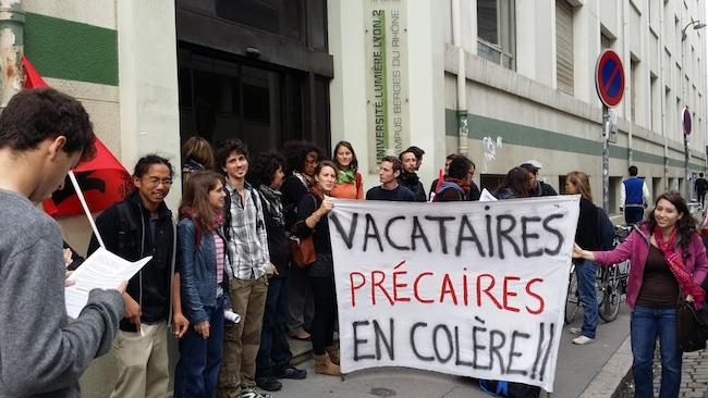 Rassemblement de d'une vingtaine de vacataires devant les bureaux de la direction de l'université Lyon 2 le 8 octobre 2014 ©DR