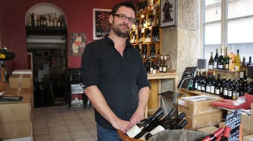 Mathieu Perrin a ouvert sa cave et son bar à vin, Le Vin des Vivants, en 2012. Crédit : DD/Rue89Lyon.