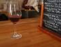 Un verre de vin naturel, chez Mathieu Perrin, au Vin des vivants (Lyon 1er). Crédit : DD/Rue89Lyon.