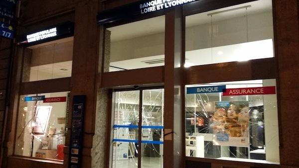 La vitrine de l'agence de la Banque Populaire avenue Jean Jaurès à Lyon. ©LB/Rue89Lyon