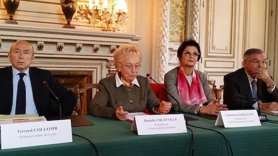 Gérard Collomb (à gauche) et Michel Mercier (à l'extrême droite) jeudi 6 novembre pour présenter l'accord financier sur la Métropole de Lyon. Au milieu Danielle Chuzeville (présidente du Rhône) et la présidente de la Chambre régionale des comptes.