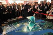 Gérard Collomb, sénateur-maire de Lyon, présente le projet qui modifiera la skyline de la ville. Source : www.conisme.com.