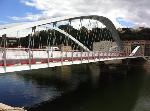 Le pont Schuman, un mois avant son inauguration, vierge de tout passage automobile. Crédit : DD/Rue89Lyon.