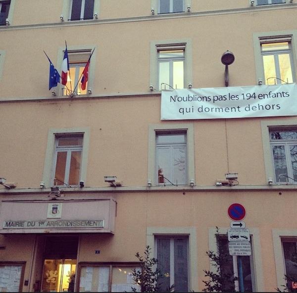 Banderole sur la mairie du 1er arrondissement de Lyon. ©DR