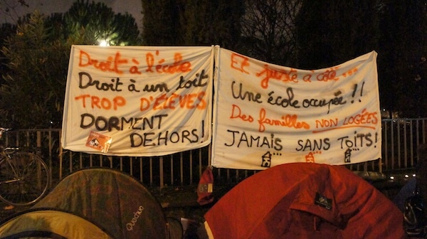 Deux tentes du campement de quelques heures qui a été dressé devant les grilles de la préfecture du Rhône ce 10 décembre. ©Guillaume Bernard/Rue89Lyon