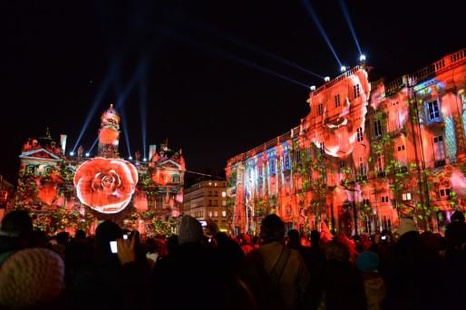 Fêtes des Lumières 2013 - Mise en lumière de la façade de l'Hôtel de ville au coeur de Lyon. Source : magazine.grandlyon.com.