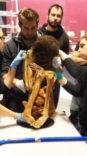 Momie mise dans sa mousseline opaque au musée des Confluences. crédit : Guillaume Bernard/rue89Lyon