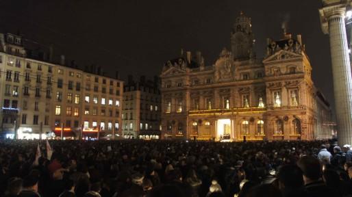 A partir de 18 heures, plusieurs milliers de personnes se sont réunies dans le silence en hommage aux victimes de l'attaque contre le journal Charlie Hebdo remplissant entièrement la place des Terreaux. Crédit : BE/Rue89Lyon.
