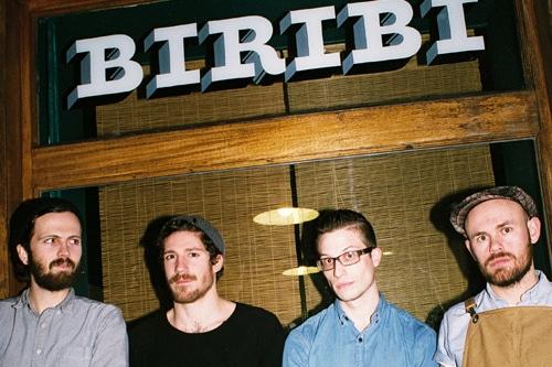 4 jeunes devant le studio de tatouage Biribi