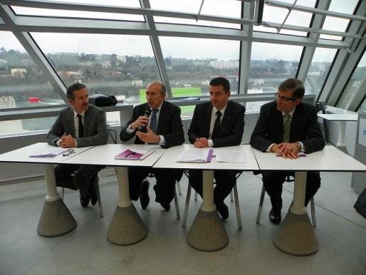 Conférence de presse (de gauche à droite) : Jean PAPADOPULO, Gerard COLLOMB (président du pôle métropolitain), Gael PERDRIAU (président de la métropole Saint-Etienne), Patrick CURTAUD (adjoint au maire de Vienne - représentant CAPI) / ©Axel Poulain/Rue89Lyon