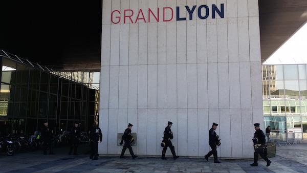 Lundi 23 mars, jour de grève et de manif. Des CRS devant le siège de la Métropole de Lyon. ©LB/Rue89Lyon