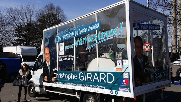 Le Camion transparent de Christophe Girard (divers droite) devant le marché des Minguettes le 28 février. ©LB/Rue89Lyon