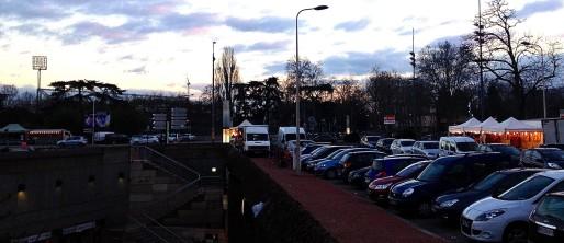Des camions ambulants devant le stade de Gerland, un soir de match