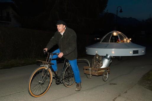 La soucoupe conduite dans Larringes, de nuit. DR.