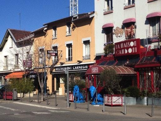 Rue Mérieux, à deux pas du stade de Gerland, des rangées de restaurants