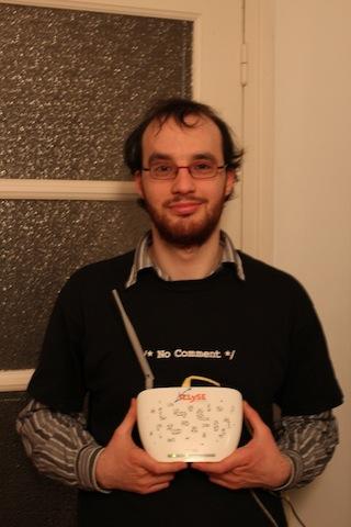Sébastien Dufromontel, premier abonné Illyse, et son modem.