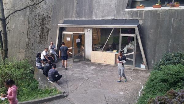 Des personnes expulsées du squat Yves Farge devant le gymnase des Maristes où elles sont provisoirement hébergées. ©LB/Rue89Lyon