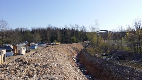 Roms : une tranchée de deux mètres de haut creusée le long d'un campement à Saint-Priest