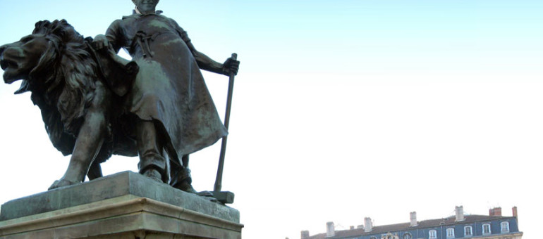Sur la place des Terreaux, la statue de Gérard Collomb domptant un lion