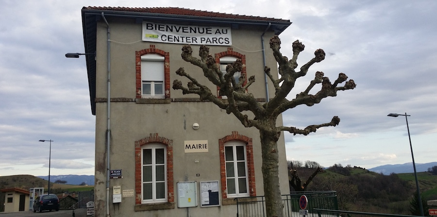 Comme dans la plupart des villages des alentours de Roybon, une banderole votée par le conseil municipal. Ici à Dionay. ©LB/Rue89Lyon