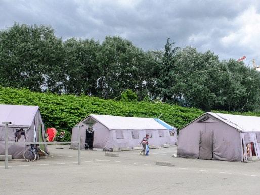Les tentes-marabout installée par le CCAS au courant de l'été 2014 abritent 70 personnes. Crédit : VG/Rue89Lyon