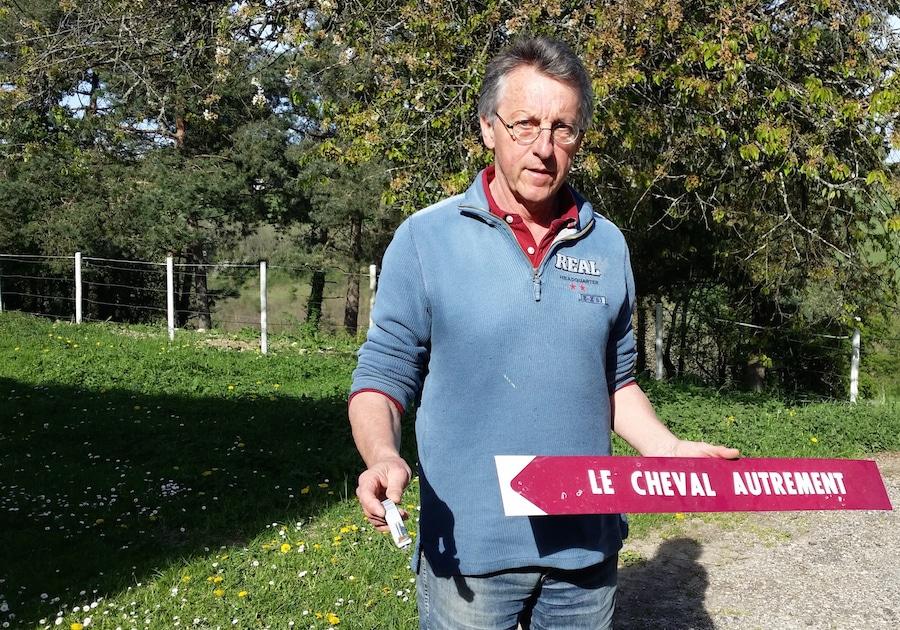 Jean-Marie Brun, opposant au Center Parcs, a vu un des panneaux conduisant à sa maison arraché. ©LB/Rue89Lyon