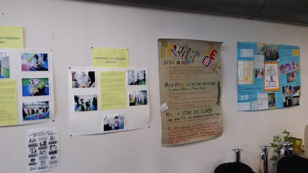 Sur un des murs du Lieu d'échanges, les différentes activités des parents s'affichent. ©LB/Rue89Lyon