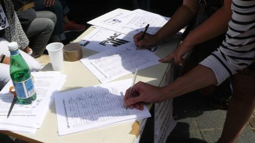 Pétition contre le travail du dimanche à la Fnac signée par des passants