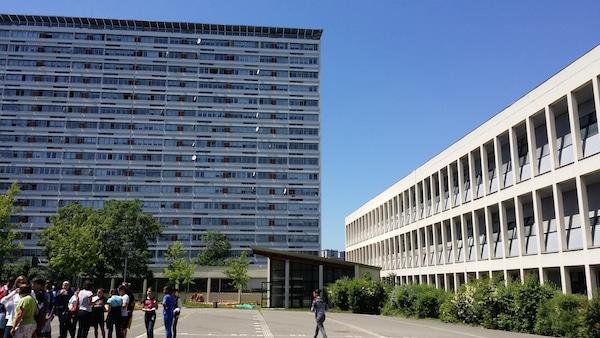 """La cour du collège de la Duchère, au pied de la barre """"Chicago"""" rénovée. ©LB/Rue89Lyon"""