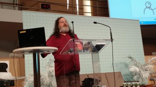 Richard Stallman, fondateur du mouvement du logiciel libre, avant qu'il ne maltraite ce pauvre PC / ©BE Rue89Lyon