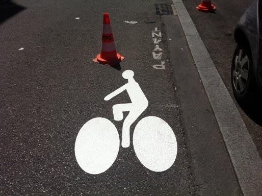 Nouvelle piste cyclable pour vélos (rue de la République, Oullins, mai 2015). Crédit : Rue89Lyon.