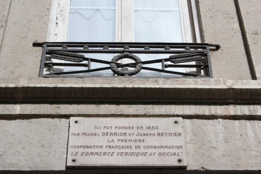 """95, montée de la Grande Côte, une plaque signale le """"Commerce véridique et social"""" - Crédit Eva Thiébaud"""