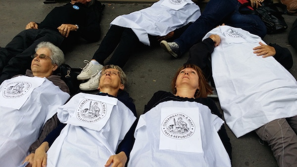 Une trentaine de militants se sont allongés et recouverts d'un drap blanc, devant le service des étrangers de la préfecture du Rhône. http://www.rue89lyon.fr/2015/03/09/les-etrangers-malades-dans-le-viseur-de-la-prefecture-du-rhone.©LB/Rue89Lyon