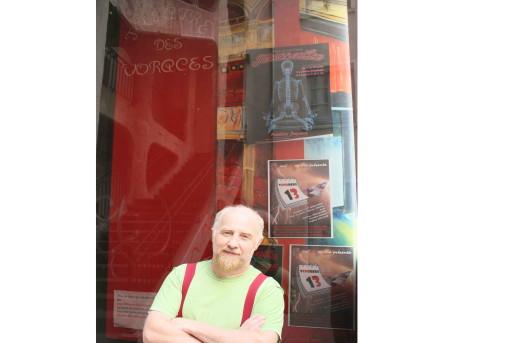 Frédéric Juyaux devant le théâtre des Voraces - Crédit Eva Thiébaud